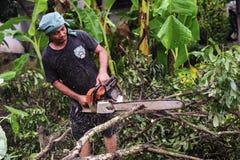 16 Thailand-AUGUSTUS: Jonge mensen scherp hout dat als brandhout moet worden gebruikt THAILAND 16 AUGUSTUS, 2017 Royalty-vrije Stock Afbeeldingen