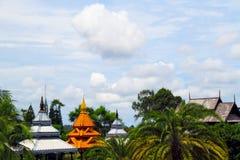 Thailand. Aziatisch dak in een park Royalty-vrije Stock Foto's