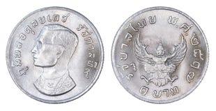 Thailand 1 Bahtmuntstuk, 1974 of B e 2517 geïsoleerd op witte rug Royalty-vrije Stock Afbeeldingen