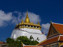 THAILAND, BANGKOK - 14. APRIL 2018: Künstlicher Hügel innerhalb Wat Sakets in Bangkok, Thailand, die Besucher klettern die Treppe stockfoto