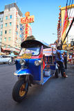 THAILAND, BANGKOK - 24 FEBRUARI: Parki van het het voertuigsymbool van Tuktuk Thailand Stock Foto