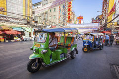THAILAND BANGKOK - FEBRUARI 24: TukTuk bil på trafik i Yaowarat Arkivfoton