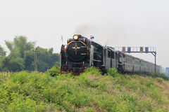 THAILAND BANGKOK - MAR28: lokomotivdrev som ruuning på järnväg Arkivfoton
