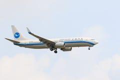 THAILAND,BANGKOK-MAR 3: Xiamen Airline plane flying above suvarnabhumi airport runway and prepare to landing in bangkok on march stock photography