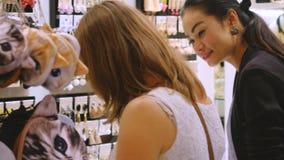 Thailand, Bangkok, am 24. November 2015 Hübsche Frau, die Schmuck auf Schaukasten betrachtet Junge Dame, die herein bijouterie wä Lizenzfreies Stockfoto