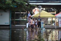 Thailand, Bangkok - November 2011: Leute, die auf das Boot zur Insel während der Überschwemmung in Bangkok warten Lizenzfreie Stockbilder