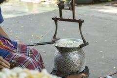 Thailand Bangkok som lagar mat täcker med en plasthinna för silke Arkivbild