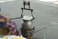 Thailand Bangkok som lagar mat täcker med en plasthinna för silke Arkivbilder