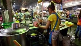 Thailand, Bangkok Traditioneel Thais straatvoedsel stock video