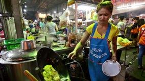 Thailand, Bangkok Traditioneel Thais straatvoedsel stock footage