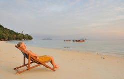 Thailand.Beautiful Mädchen, das auf verlassenem Strand sich entspannt Lizenzfreie Stockbilder