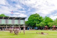 Thailand boycouts praciticing discipline en beleefdheid en wat worden gestraft op het gebied van Th soccoer van Wantamaria-school royalty-vrije stock fotografie