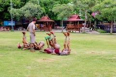 Thailand boycouts praciticing discipline en beleefdheid en wat worden gestraft op het gebied van Th soccoer van Wantamaria-school stock afbeelding