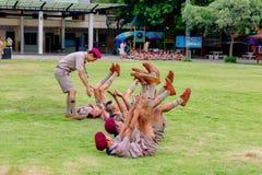 Thailand boycouts praciticing discipline en beleefdheid en wat worden gestraft op het gebied van Th soccoer van Wantamaria-school stock foto