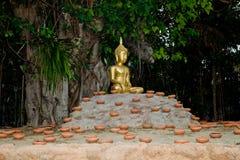 Thailand Budhist Budha, das zur Kerze bereit ist, beleuchtete Zeremonie Stockfoto