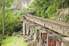 Thailand-Burman dödjärnvägen följer böjelserna av floden Kwai, Kanchanaburi, Thailand Arkivfoto