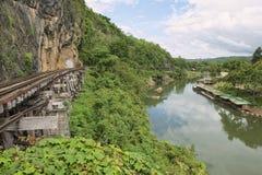Thailand-Burman dödjärnvägen följer böjelserna av floden Kwai, Kanchanaburi, Thailand Arkivbilder
