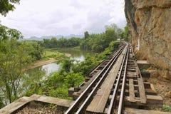 Thailand-Burman dödjärnvägen följer böjelserna av floden Kwai, Kanchanaburi, Thailand Royaltyfria Bilder
