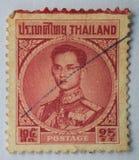 THAILAND - CIRCA 1914: En stämpel som skrivs ut i Thailand shower, gör till kung Bh Royaltyfria Bilder