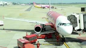 Thailand - Circa 2015: ladda och lasta av bagage från flygplanet på Donmuang den internationella flygplatsen, Bangkok, Thailand stock video