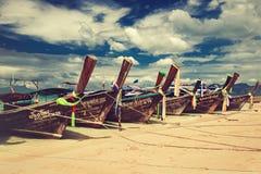 thailand De provincie van Krabi De boten wordt vastgelegd in een turkooise lagune van het strand van Phra Nang Stock Afbeelding