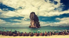 thailand De provincie van Krabi De boten wordt vastgelegd in een turkooise lagune van het strand van Phra Nang Stock Foto's