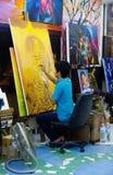 Thailand: de schilder schildert gele studio Stock Afbeelding