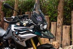 Thailand - December, 2018: den nära övre billyktan av den BMW F750 GS supersportsmopeden framlade i motorexpon Nonthaburi Thailan arkivfoto