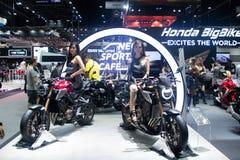Thailand - December, 2018: den nätta flickan som poserar på den Honda cbmopeden, framlade i motorexpon Nonthaburi Thailand royaltyfri foto
