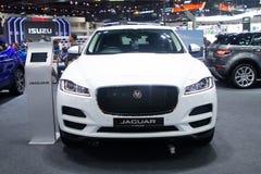 Thailand - December, 2018: nära ärlig sikt av den lyxiga dyra bilen Jaguar F-hastighet för vit färg som framläggas i motorexpon N arkivfoton