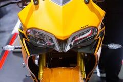 Thailand - December, 2018: nära ärlig sikt av mopeden för DEMON för GPX som GR den gula framläggas i motorexpon Nonthaburi Thaila arkivfoton