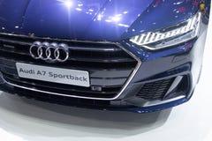Thailand - Dezember 2018: nahe ehrliche Ansicht und Scheinwerfer blauen Autos Audis A7 Sportback dargestellt in der Bewegungsauss lizenzfreie stockbilder