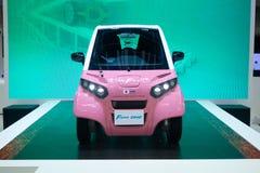 Thailand - Dezember 2018: nahe ehrliche Ansicht von Fomm ein rosa colo Stromauto dargestellt in der Bewegungsausstellung Nonthabu lizenzfreie stockfotografie