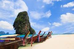 Thailand exotisk sandstrand och fartyg i den asiatiska tropiska ön Royaltyfria Bilder