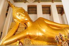 thailand för staty för pho för bangkok buddha framsidaguld reclining wat Wat Ratchaorotsaram Bangkok, Arkivbilder