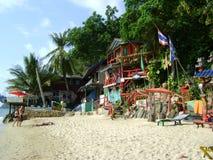 Thailand förlägga i barack den tropiska sandstranden med clourful möblemangträd Arkivfoton