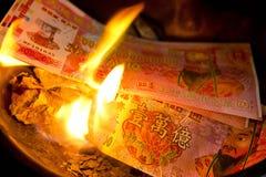 普吉岛, THAILAND-FEB 10 : :农历新年-人们被烧的伪造品 免版税库存图片