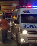 Thailand - FEBRUARI 20, 2015: Ziekenwagen bij nacht die aan een noodsituatiesituatie bij Chinatownparade tijdens Chinees nieuw ja royalty-vrije stock afbeeldingen