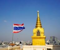 Thailand flagga som vinkar på den guld- monteringen Arkivfoton