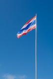 Thailand-Flagge auf Fahnenmast mit Hintergrund des blauen Himmels Stockbilder