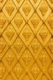 Thailand gjorde randig den guld- väggen royaltyfria foton