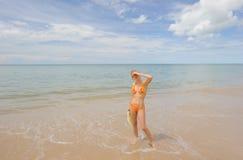 Thailand. Het overzees van Andaman. Mooi glimlachend meisje Royalty-vrije Stock Fotografie
