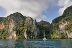 Thailand. Het overzees van Andaman. Phi Phi eiland. Wit jacht Stock Fotografie