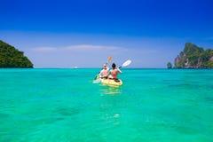 thailand Het overzeese Phi Phi, vrouwen en man kayaking Stock Afbeeldingen