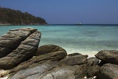 Thailand, Insel, Meer, Strand, Racha, Wasser, Ozean, Küste, Blau, Himmel, Landschaft, Sommer, Natur, Insel, Reise, tropisch, Fels lizenzfreie stockfotos