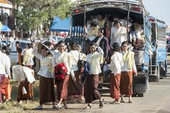 THAILAND ISAN SURIN TRANSPORT VÄLJER UPP BUSSEN Royaltyfria Foton
