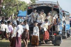 THAILAND ISAN SURIN TRANSPORT VÄLJER UPP BUSSEN Arkivbild
