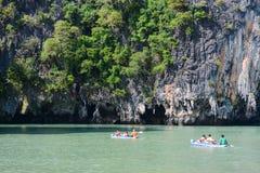 Thailand -15 januari 2017:: de reiziger kayaking om gezicht te zien Stock Foto