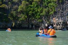 Thailand -15 januari 2017:: de reiziger kayaking om gezicht te zien Stock Foto's