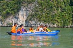 Thailand -15 januari 2017:: de reiziger kayaking om gezicht te zien Stock Afbeelding